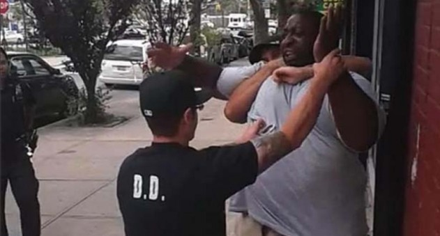Police advance on Eric Garner (Screen capture)