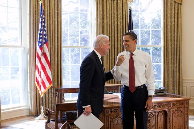 English: President Barack Obama and Vice President Joe Biden laugh together in the Oval Office, 1/22/09.